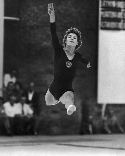 Фото №7 - Чемпионка на 4-м месяце беременности: история гимнастки Ларисы Латыниной, которая прыгнула выше головы