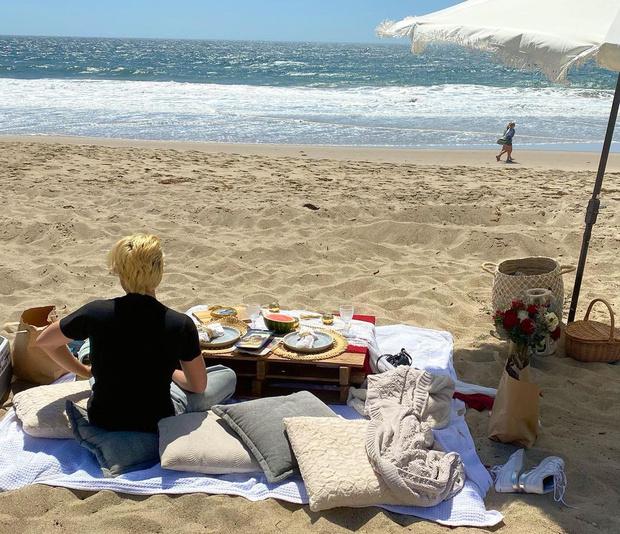 Фото №1 - Как одеться на пикник, чтобы не замерзнуть? Подсмотри у Барбары Палвин
