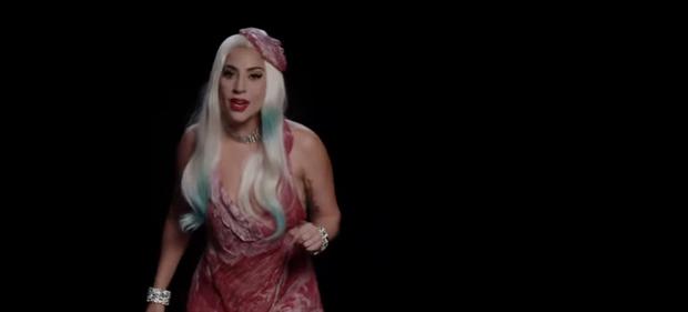 Фото №1 - Леди Гага вновь появилась в знаменитом мясном платье