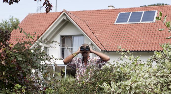«Соседи подложили женщине записку с требованием не ходить по дому раздетой»