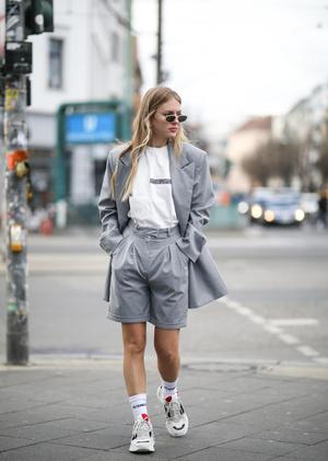 Фото №4 - Универсальная вещь: смотрим, как носить шорты в холодную погоду