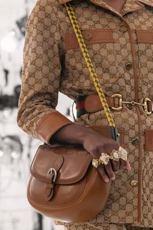 Фото №5 - От цепей до печаток: как правильно носить крупные украшения