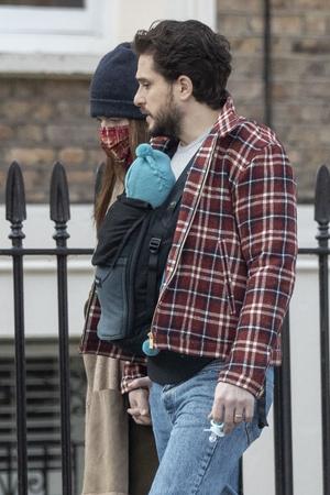 Фото №2 - Первое появление Кита Харингтона и Роуз Лесли с новорожденным сыном