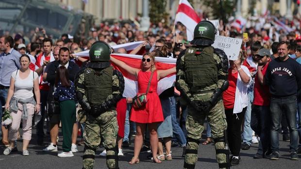 Фото №1 - Самый красивый протест в мире: истории белорусских женщин, восставших против ОМОНа