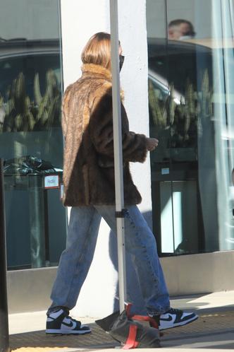Фото №4 - Хейли Бибер показывает единственно правильный способ носить шубу этой зимой