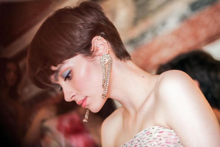 Фото №2 - Двухцветный макияж глаз— крутой тренд с подиума, который стоит попробовать прямо сейчас