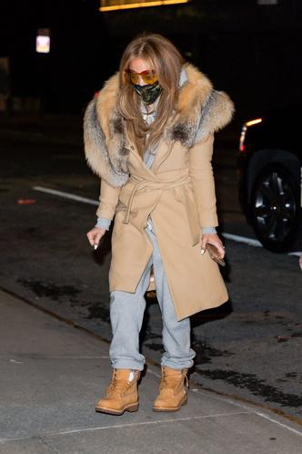 Фото №2 - Пальто с лисьим воротником и тимберленды со стразами: блистательная Дженнифер Лопес вернулась в Нью-Йорк