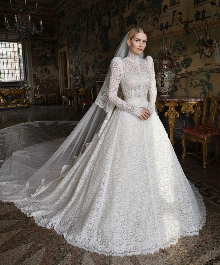 Фото №1 - Абсолютный рекорд: пять кутюрных платьев невесты на королевской свадьбе Китти Спенсер
