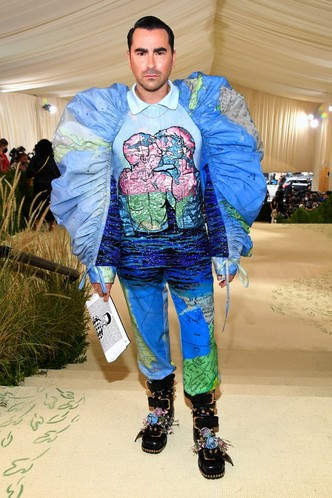 Фото №14 - «Тоже хочу ходить на мероприятия в одеяльце»: Настя Бэдбарби оценила наряды с Met Gala 2021