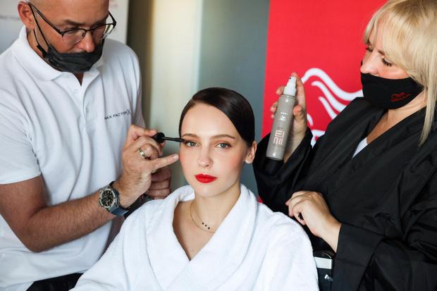 Фото №2 - Девушка в красном: повторяем бьюти-образ Юлии Хлыниной в стиле старого Голливуда