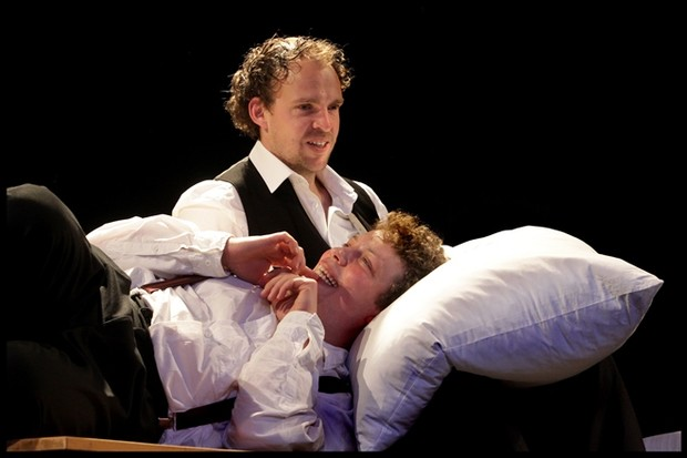 Спектакль «Человек-подушка» в постановке Theater der Altstadt (Германия)