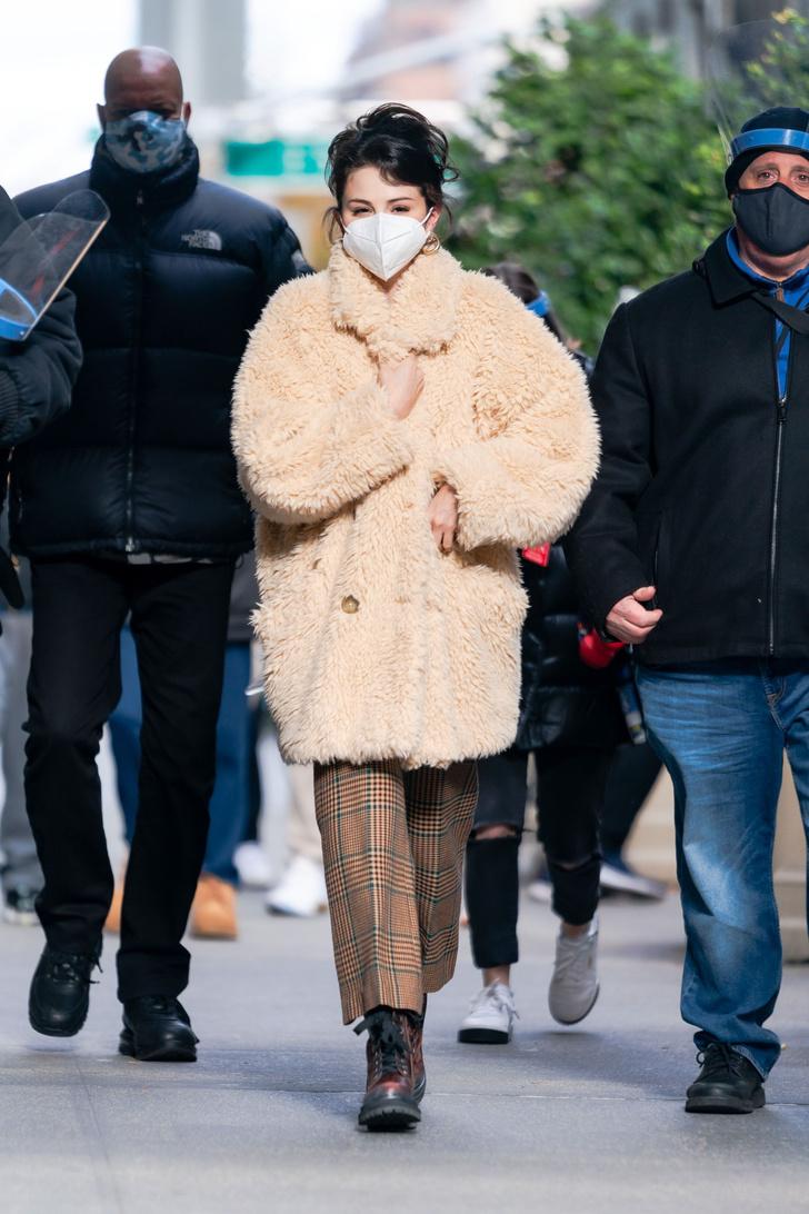 Фото №1 - Овечка Долли: Селена Гомес в самой модной шубе этой зимы