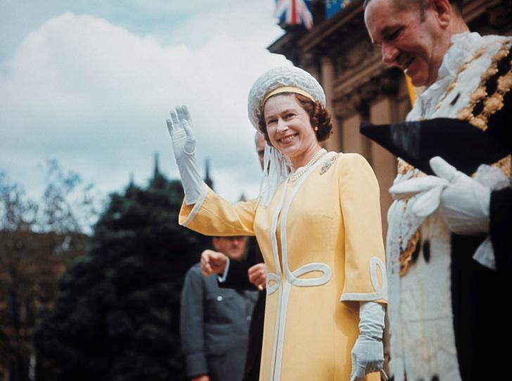 Фото №11 - Внутри королевского шкафа: как создается и где хранится одежда Елизаветы II