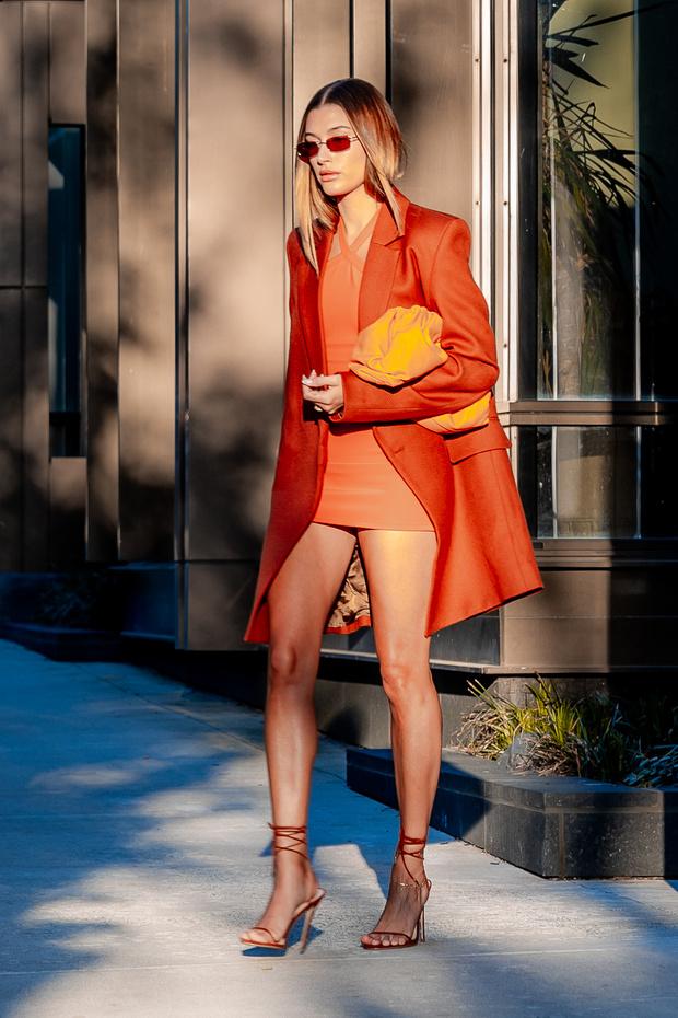 Фото №1 - Новый образ Хейли Бибер, из-за которого вы захотите носить только оранжевый цвет