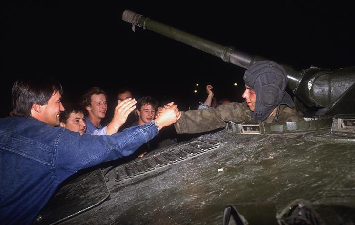 Фото №4 - Вспоминаем, что творилось на улицах Москвы во время путча 1991 года (много фото)