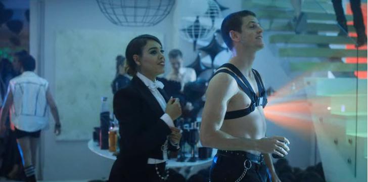 Фото №5 - Парень в платье, девушка в костюме: Володя XXL и Чана показали, как стать самой яркой парой выпускного