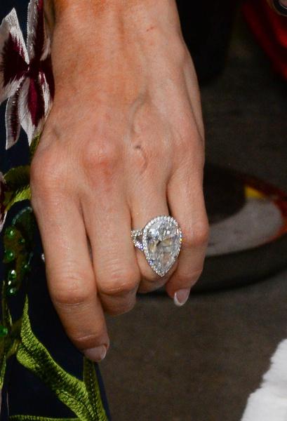 Фото №1 - Экс-жених Пэрис Хилтон требует вернуть кольцо за 2 миллиона, которое он не покупал