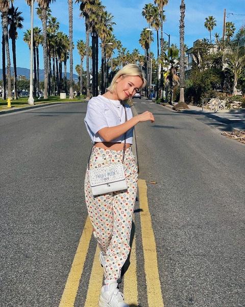 Фото №2 - Два ярких образа с джинсами: показывает Клава Кока