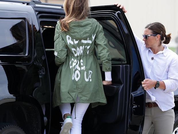 Фото №5 - Миссис эпатаж: самые скандальные образы Мелании Трамп в роли Первой леди