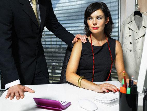 Фото №1 - Что делать, если пристает шеф?