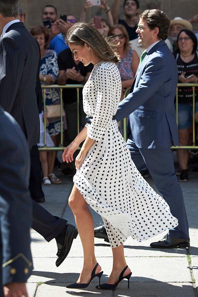 Фото №3 - Платье в «фальшивый горошек», которое очень любит королева Летиция