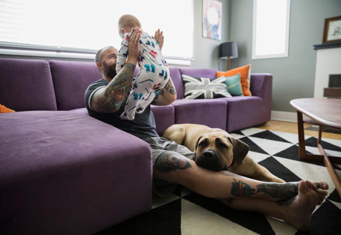 Отец занимается с ребенком