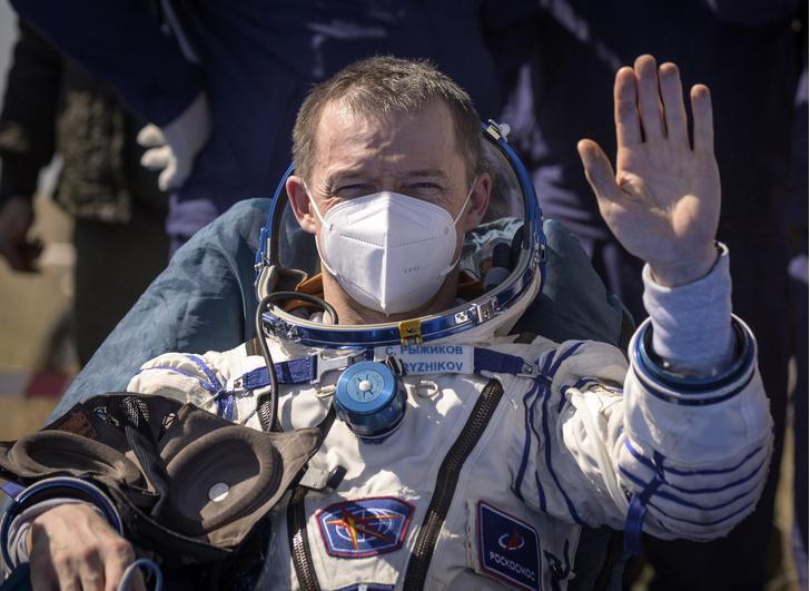 Фото №1 - Какая зарплата у космонавта в России и других странах мира?