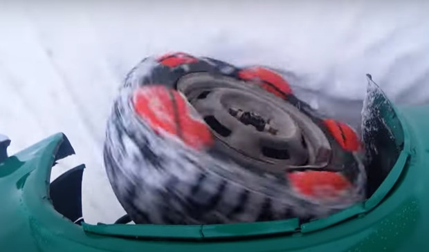 Фото №1 - Русские умельцы соорудили автомобилю колеса из мячей для футбола и баскетбола. Далеко ли уехало это чудо? (видео)
