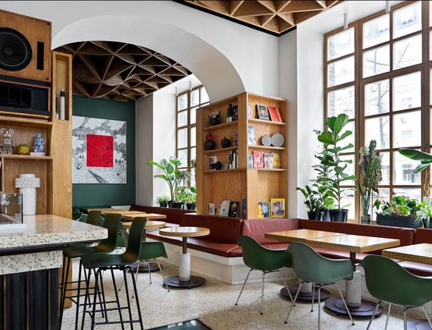 Фото №2 - Flaner: новый ресторан в Москве с мебелью Vitra