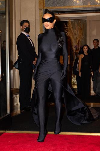 Фото №1 - Подруга Бэтмена: Ким Кардашьян сменила одно платье-чехол Balenciaga на другое, но хотя бы позволила взглянуть на свое лицо