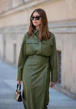Фото №8 - Как носить кожаные рубашки: стильные идеи на каждый день