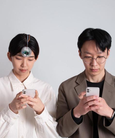 Фото №1 - Молодой ученый изобрел «третий глаз», чтобы ты мог смотреть в смартфон на ходу и не врезаться в столбы