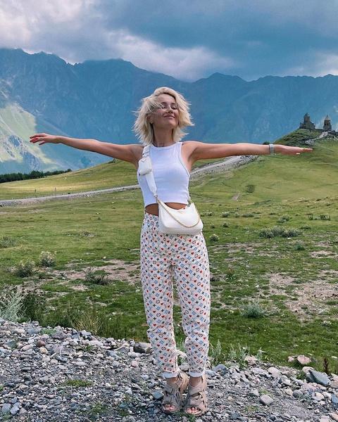 Фото №2 - Что носить в августе: три образа для идеального отдыха от Клавы Коки