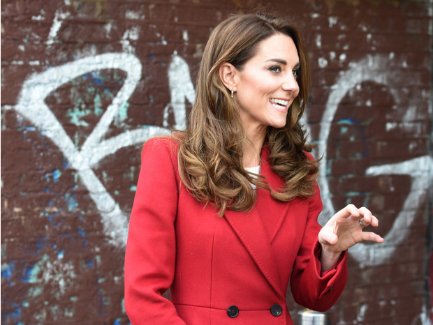 Фото №3 - Королевский выбор: Кейт Миддлтон в длинном красном пальто Alexander McQueen