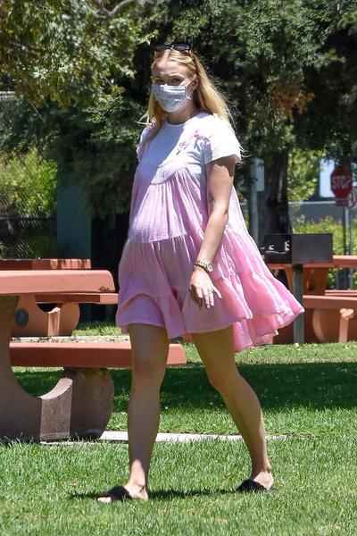 Фото №1 - Спустя два месяца после родов Софи Тернер показала свои беременные фото в бикини