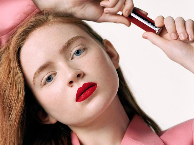 Фото №1 - Сэди Синк— лицо новой рекламной кампании Givenchy Le Rouge Deep Velvet