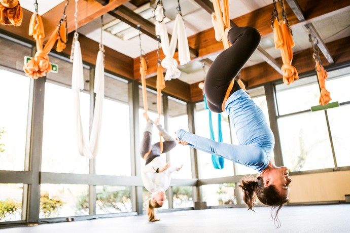 Вниз головой: антигравити-йога как средство против стресса