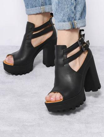 Фото №12 - От босоножек с декором до сандалий-гладиаторов: 10 антитрендов летней обуви