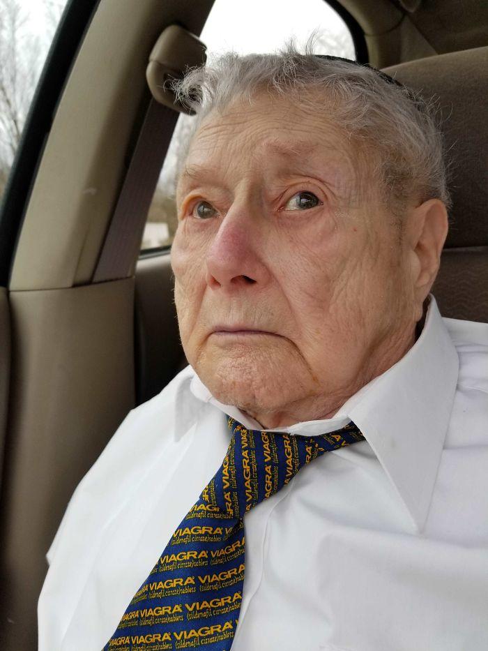 Фото №3 - 20 уморительных случаев столкновения бабушек и дедушек с прогрессом