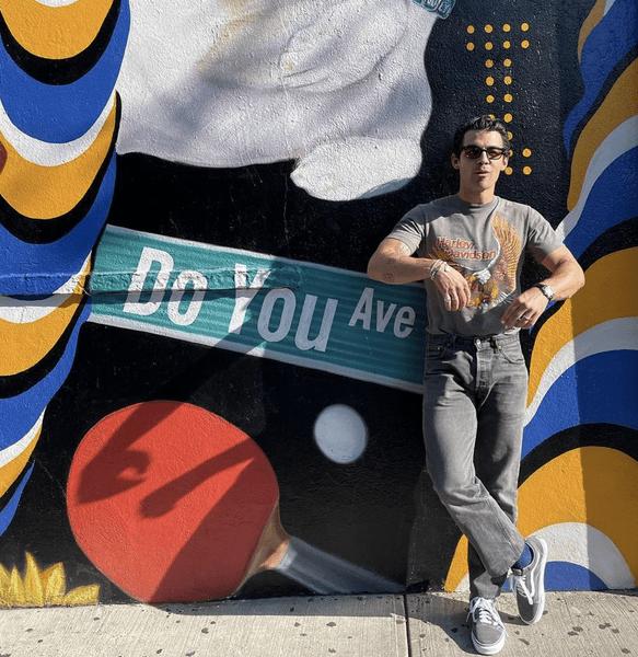 Фото №2 - Как парню выглядеть классно в джинсах и футболке: учимся у Джо Джонаса