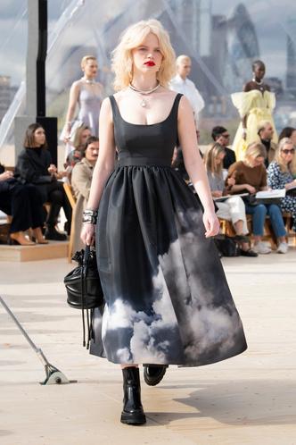 Фото №2 - Лена Тронина, Мария Лотта и другие гости онлайн-показа Alexander McQueen