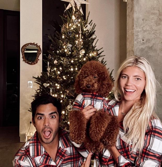 Наряжаемся в пижамы: праздничный образ Девон Виндзор и ее семьи