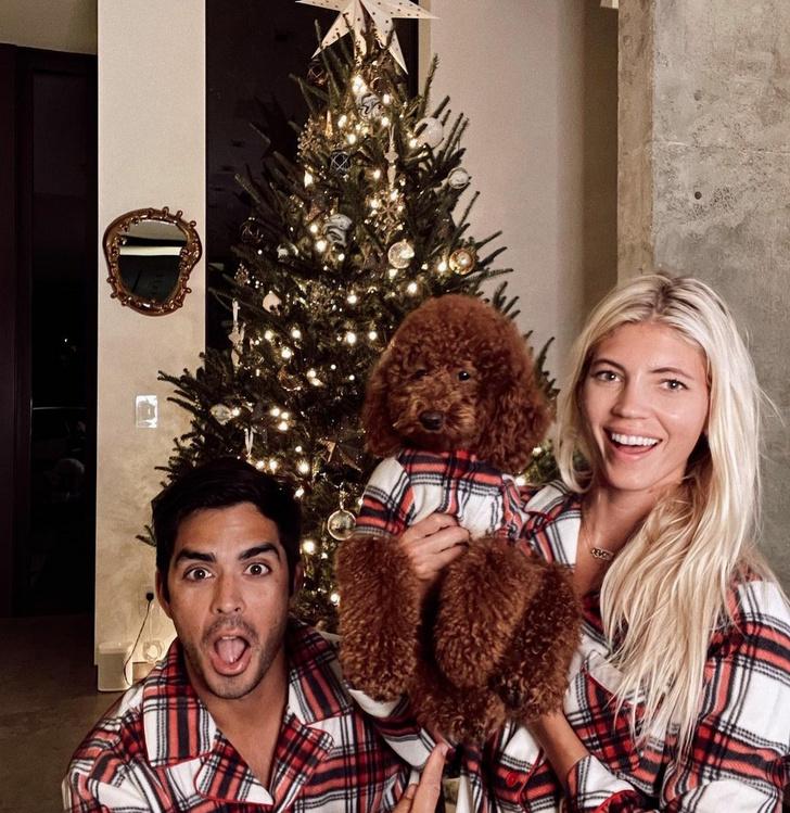 Фото №1 - Наряжаемся в пижамы: праздничный образ Девон Виндзор и ее семьи