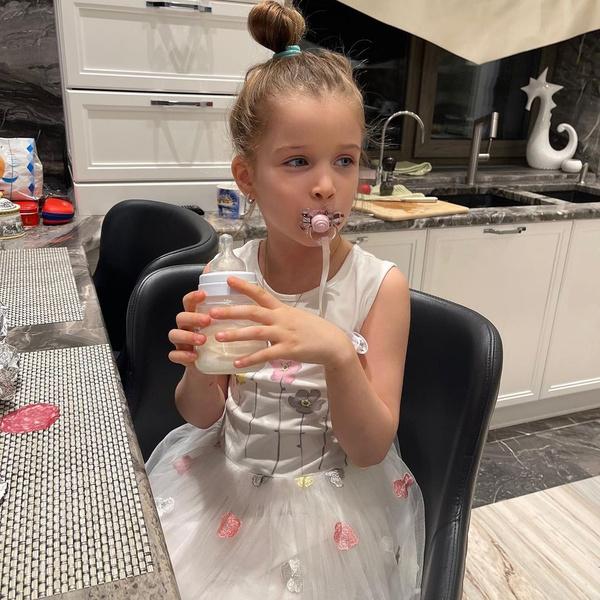 Фото №2 - 5-летняя дочь Бородиной ходит с соской и бутылочкой: фото