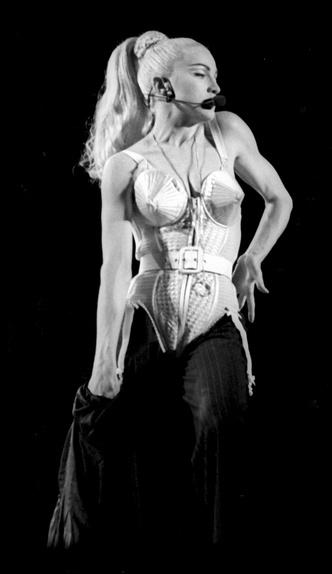 Фото №8 - Королева провокаций: 10 скандальных нарядов Мадонны, которые изменили моду