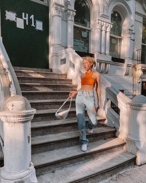 Фото №2 - Задает тренды: Ира Блан выложила фото в необычных джинсах с круглыми вырезами