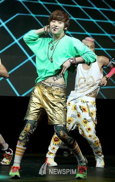 Фото №8 - WTF: 8 самых странных луков в k-pop