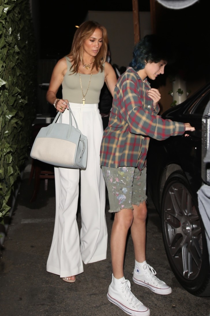Фото №2 - Само совершенство: Дженнифер Лопес в белоснежных брюках в пол, которые визуально стройнят