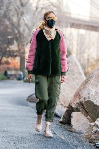 Фото №2 - Зимняя нежность: Оливия Палермо в шубе колорблок и «зефирных» ботинках