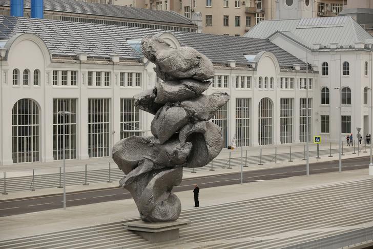 Фото №1 - В Москве появилась скульптура в виде куска глины